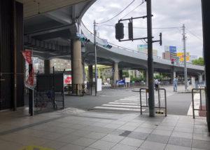 駅リンくん(駐輪場)の前の横断歩道を渡ります。