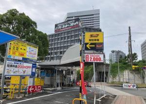 インターネットコミック看板のビル方向に、JR高架下を通ります(左手タイムズ駐車場)。