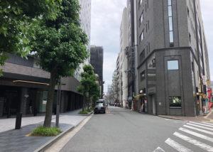左手にコンビニ(生活彩家・ワシントンホテル1F)、右手にドトールコーヒーショップの間の道を左折します。