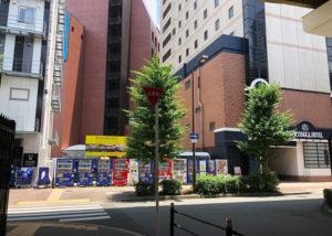 横断歩道を渡り、右折します。(新大阪ホテルの前を通ります。)