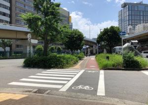 信号のない横断歩道を渡ります。