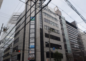 1つ目の信号わたって交差点左角のビル8F(新大阪第一ビル)がCONNECT新大阪です。